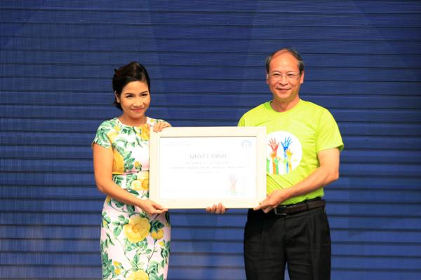 Ông Nguyễn Văn Tân, Phó Tổng cục trưởng phụ trách Tổng cục DS-KHHGĐ trao quyết định Đại sứ Truyền thông Dân số và Phát triển cho ca sĩ Mỹ Linh.