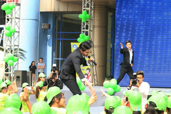 Ca sỹ Noo Phước Thịnh với màn trình diễn sôi động, hút hồn các sinh viên trẻ.