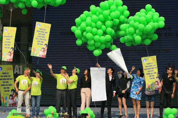 Các đại biểu thả bóng bay các thông điệp về chung tay giải quyết tình trạng mất cân bằng giới tính khi sinh.