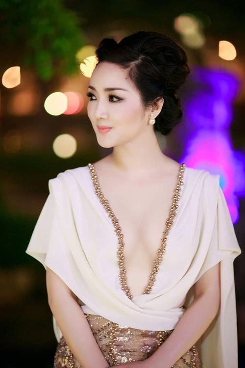Ở Liên hoan phim năm ngoái, Hoa hậu đền Hùng từng gây bàn tán khi chọn một thiết kếxuyên thấu, khoét ngực táo bạo.