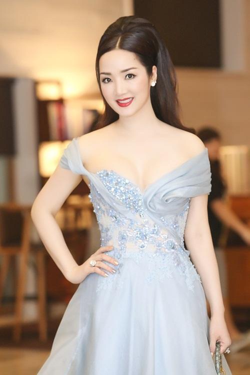 Đầm dạ hội cúp ngực đính đá giúp người đẹp toát lên vẻ lộng lẫy. Cô yêu thích phong cách tóc ướt, kẻ viền mắt sắc sảo.