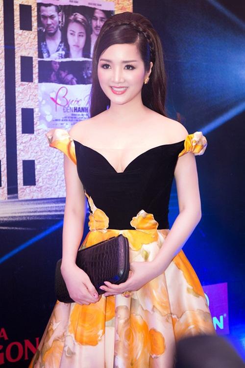 Đầm công chúa trễ vai có lớp vải voan gia cố ở phần ngực để người mặc tự tin, không lo xảy ra sự cố.
