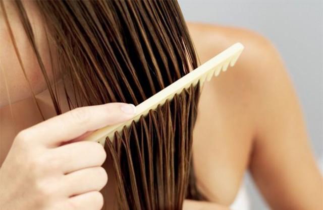 Sử dụng lược răng thưa chải tóc khi ướt để hạn chế những tổn thương