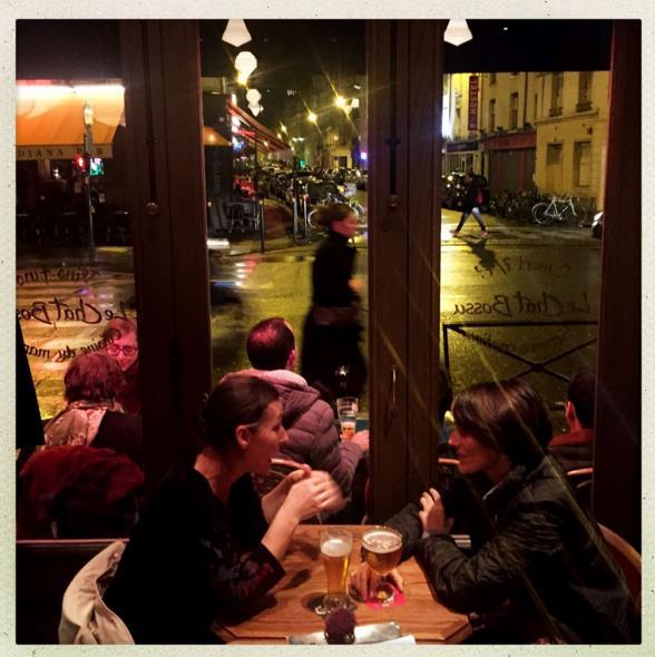 """Cảnh ở quán cà phê """"Le Chat Bossu"""". #Tousaubistrot là hashtag dành cho những ai lui tới các quán rượu vào buổi tối thời gian này. Ảnh: Benjamin Girette (Instagram)"""