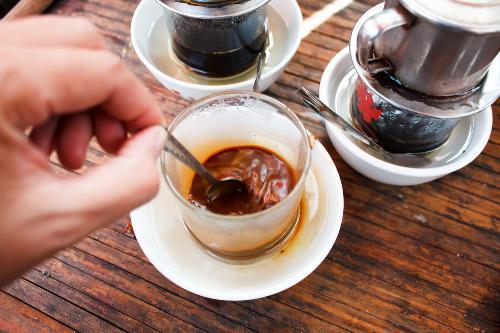 Ai đã uống cà phê phin đều biết rằng nước cốt đầu của cà phê pha phin là phần đậm nhất, thơm và tươi nguyên nhất.