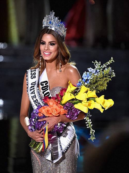 Hoa hậu Colombia hạnh phúc rơi nước mắt khi nhận vương miện.