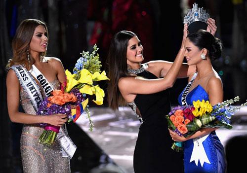 Và trao lại vương miện cho Hoa hậu Philippines
