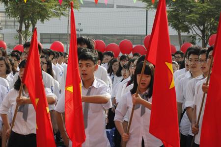 Học sinh trường THPT Chuyên Hà Nội - Amsterdam hát quốc ca trong lễ Khai giảng.