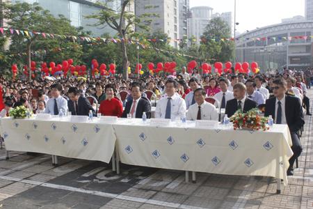 Đại biểu tham dự Lễ khai giảng.