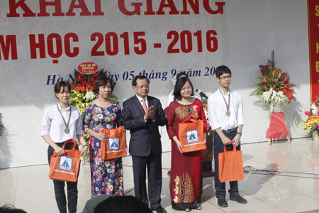 Trao quà, phần thưởng cho học sinh, giáo viên có thành tích trong năm học qua.