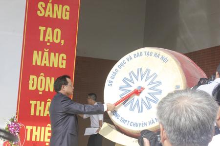 Bí thư Thành ủy Hà Nội - Phạm Quang Nghị đánh trống khai giảng năm học.