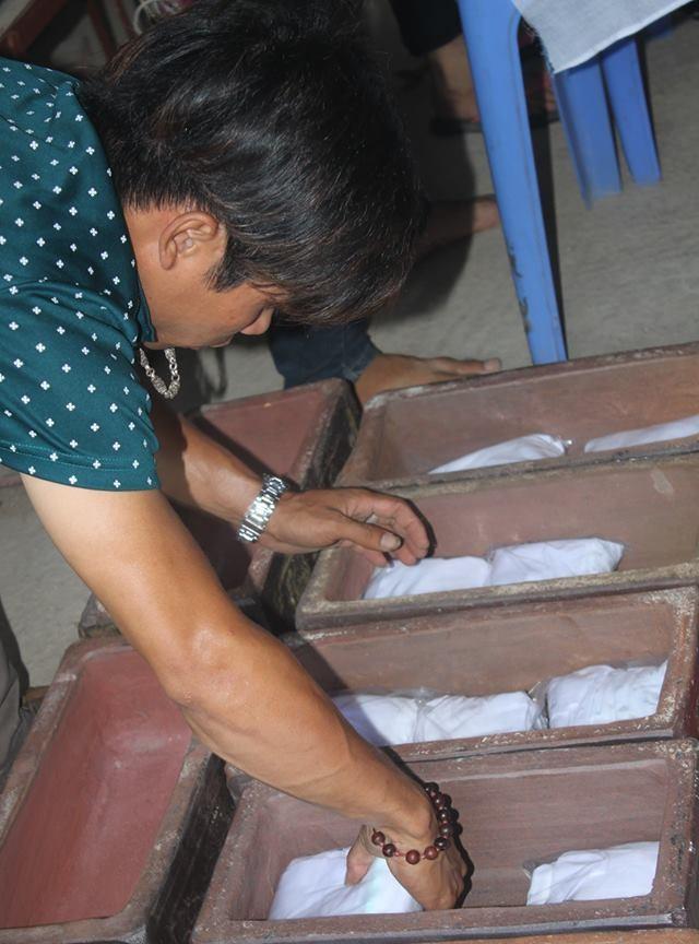 Các hài nhi được bọc vải trắng, đóng túi nilon chuyện dụng sau đó đặt vào tiểu sành. Có tiểu chứa tới 5- 8 túi. Có tiểu chỉ vừa đúng một thi thể thai nhi.