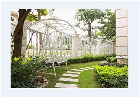 Một góc vườn rộng và xanh mát trong biệt thự cô Trúc.