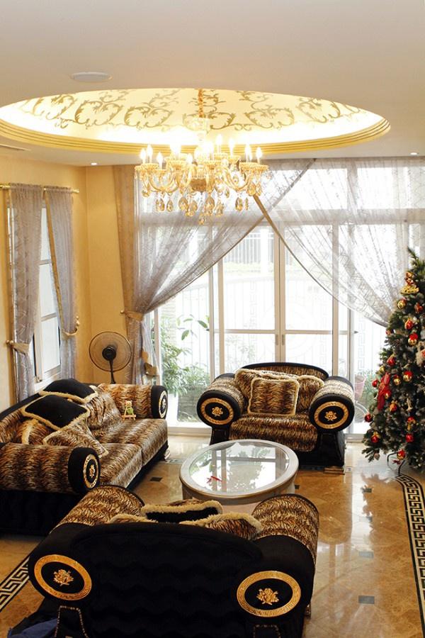Bên trong căn biệt thự được thiết kế theo phong cách hoàng gia. Toàn bộ đồ dùng trong gia đình được Mai Thu Huyền lựa chọn cẩn thận, tỉ mỉ từng chi tiết. Xunh quang phòng khách được làm cửa kính để lấy ánh sáng từ bên ngoài.
