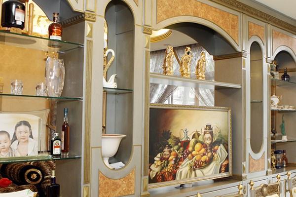 Tủ rượu cũng mang phong cách hoàng tộc, được thiết kế tinh tế và bắt mắt.