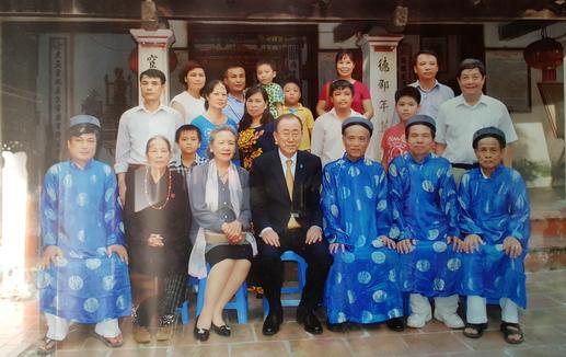 Ông Ban Ki-moon cùng vợ chụp ảnh trước nhà thờ Phan Huy ở Sài Sơn. Ảnh gia đình cung cấp