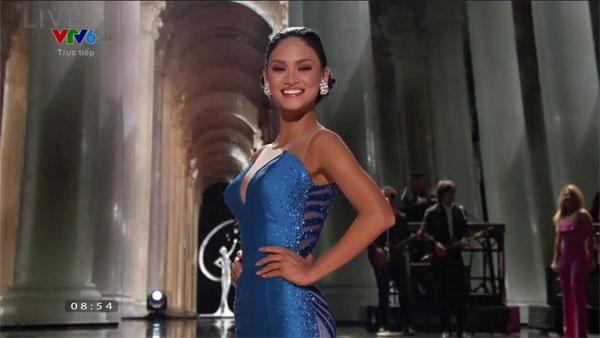 Trong phần thi của mình, dù được cổ vũ hết sức nhiệt tình, hoa hậu Philippines đã bị vấp vào chính chân váy của mình. Dù gặp sự cố nhưng cô vẫn mỉm cười và sải bước đi tiếp.