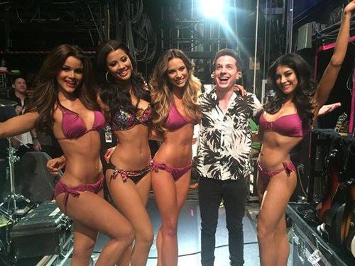 Các người đẹp ở hậu trường cùng nam ca sĩ Charlie Puth trước khi thi áo tắm.