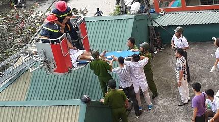 Lực lượng cứu hộ dùng xe chuyên dụng giải cứu thanh niên ngáo đá.