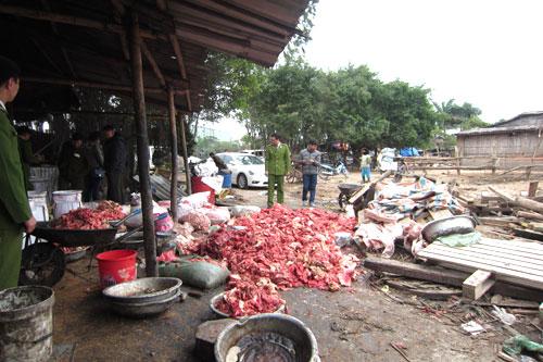 Phát hiện thực phẩm bẩn tại cơ sở nhà ông Kim Văn Tuyên, xã Ngọc Hồi, Thanh Trì. Ảnh: Tuổi Trẻ