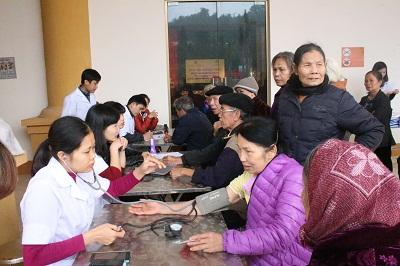 CLB thầy thuốc trẻ Bệnh viện đa khoa huyện Kỳ Sơn khám và cấp phát thuốc miễn phí cho 200 hội viên hội người cao tuổi huyện Kỳ Sơn.