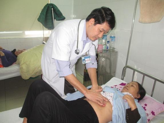 Bệnh nhân Hoàng Thị An đang được bác sỹ Tâm Anh khám theo dõi sau phẫu thuật