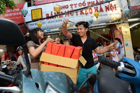 Khách hàng mua nhiều bánh trung thu tại địa chỉ 35 Bà Triệu, Hà Nội để dùng và làm quà.