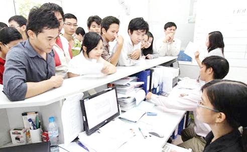 SV ĐH Tôn Đức Thắng nộp học phí (ảnh minh họa)