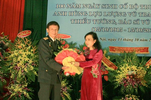 Bộ trưởng Bộ Y tế Nguyễn Thị Kim Tiến tặng hoa cho đại diện gia đình cố Bộ trưởng Vũ Văn Cẩn