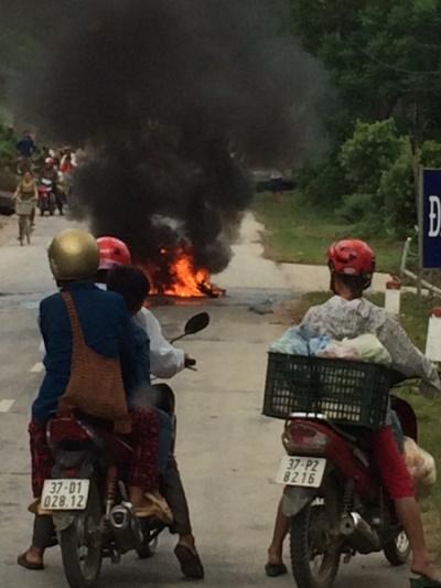 Chiếc xe máy bốc cháy dữ dội giữa đường. Ảnh: Thiên Ân.