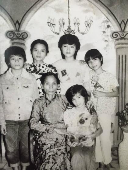 Bà Mai Hạnh cùng các con. Trong ảnh chị Thu Trang (người con bị trao nhầm cho bà Hạnh) đứng bên phải, tựa đầu vào vai chị cả Thu Vân.