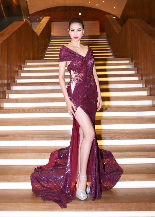 Phạm Hương là khách mời tại sự kiện kỷ niệm của một thương hiệu thời trang, diễn ra ở TP HCM, tối 10/4. Hoa hậu diện bộ đầm sequin màu mận tím của nhà thiết kế Anh Thư, với những đường cắt xẻ táo bạo, khoe được vóc dáng vô cùng quyến rũ.