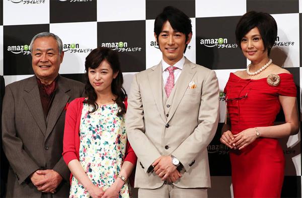 Hoa hậu Nhật Norikia Fujiwara (váy đỏ, ngoài cùng bên phải) rạng rỡ buổi ra mắt phim mới.