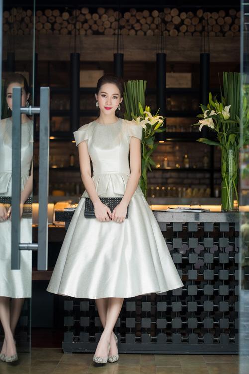 Đặng Thu Thảo có mặt tại nhà hàng để dùng bữa. Cô mặc bộ váy trẻ trung, xinh xắn.