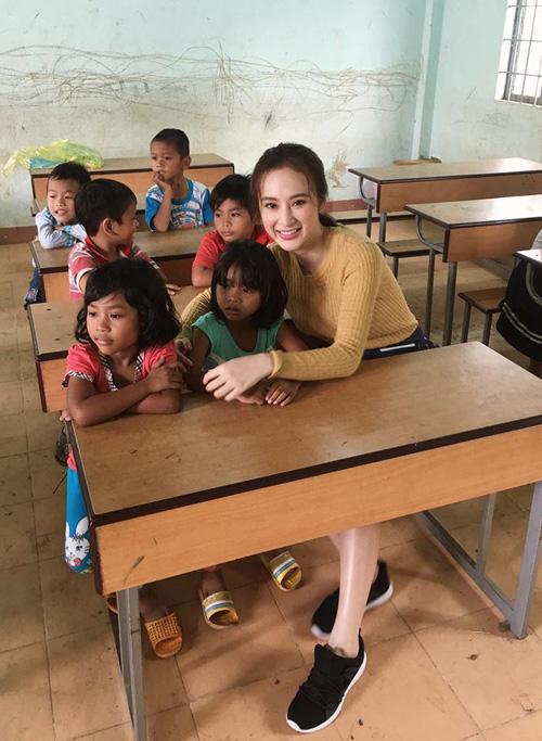 Angela có buổi giao lưu, tặng quà cho các em học sinh ở huyện Lak.