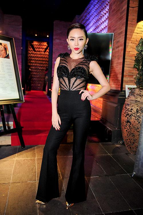 Tóc Tiên xuất hiện tại buổi khai trương một quán bar ở đường Đồng Khởi (TP HCM) với vẻ cá tính, sexy. Cô khoe nội y trong chiếc áo xuyên thấu và quần ống loe sành điệu.