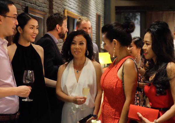 Vợ chồng Tăng Thanh Hà sóng đôi tới ủng hộ một người chị thân thiết mở nhà hàng chuyên các món ăn Pháp. Từ khi sinh con trai, cô Trúc rất ngại xuất hiện ở chốn đông người.