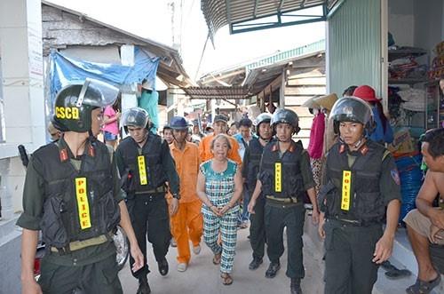 Nghi can Nguyễn Thị Lợi bị công an bắt giữ. Ảnh: H.Lê.