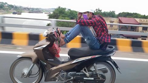 Dùng một chân lái xe lao vun vút trên đường cao tốc - Ảnh: Đ.Q.Tỉnh