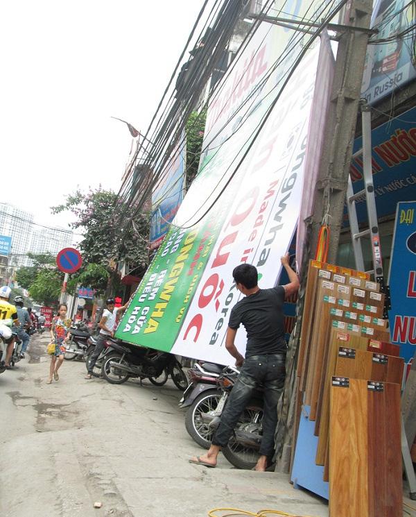Tấm biển quá khổ sắp được treo trên con đường Trường Chinh.
