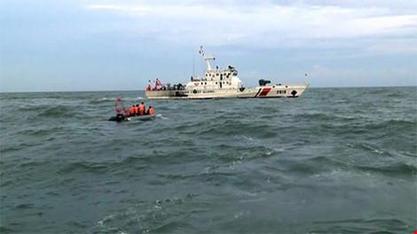 Lực lượng tìm kiếm khẩn trương tham gia tìm kiếm các thành viên phi hành đoàn, vật thể cùng hộp đen máy bay Casa 212. Ảnh: Liên Nhi/ CSB