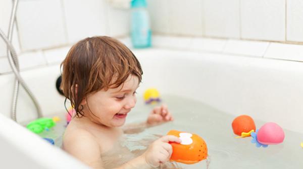 Dù có bất cứ việc gì cũng tuyệt đối không để bé ngồi một mình trong nhà tắm vì bé rất dễ gặp phải những tai nạn thương tích đáng tiếc như ngã úp mặt xuống chậu nước. (Ảnh minh họa)