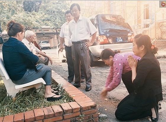 Bà Vũ Thị Thi và con gái cầu xin sự tha thứ từ người nhà nạn nhân trước phiên xét xử.