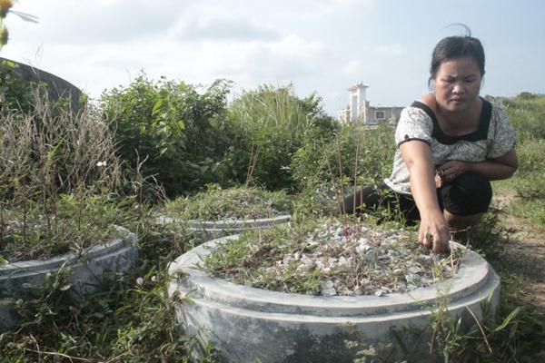 Chị Hương bên những mộ phần hài nhi bị bỏ rơi