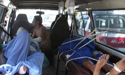 Các nạn nhân được chăm sóc bên trong xe cứu thương. Ảnh: AP