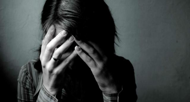 Một năm sau khi phẫu thuật chuyển giới, ở tuổi 19, cô gái bắt đầu bị cha dượng cưỡng hiếp và đe dọa