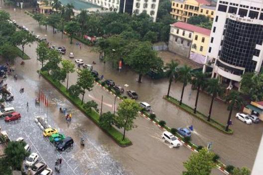 Tuyến đường Quang Trung ngập nước khiến các phương tiện phải di chuyển chậm, gây ách tắc kéo dài. Ảnh: CTV