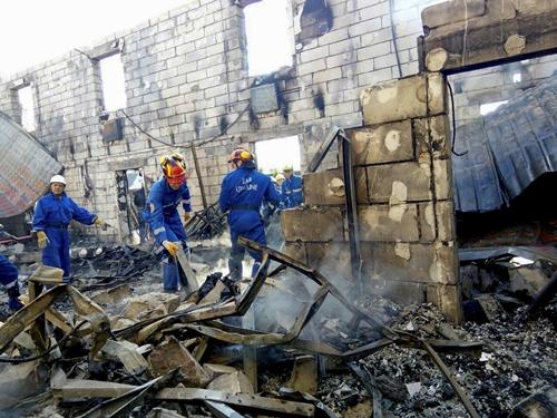 Lực lượng cứu hộ kiểm tra hiện trường vụ cháy nhà dưỡng lão ở làng Litochky, ngoại ô Kiev, Ukraine, ngày 29/5. Ảnh: Reuters.