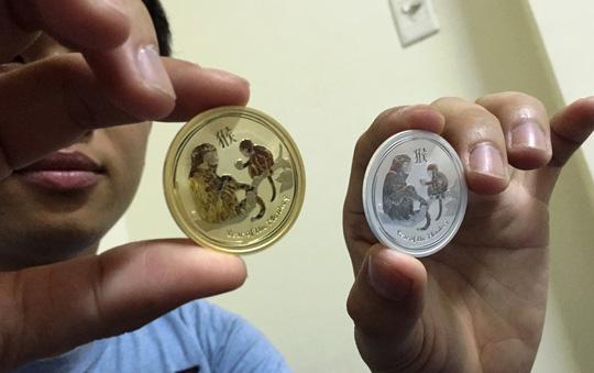 Cặp xu in hình khỉ có giá 3 triệu đồng được làm bằng vàng 24K và bạc