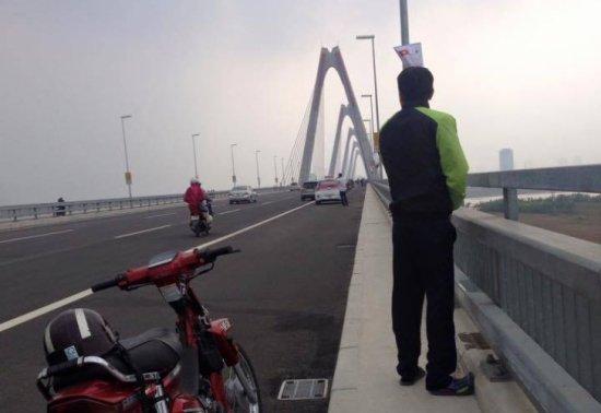 Đầu tháng 1/2015, cư dân mạng cũng từng phẫn nộ khi anh chàng có nickname Nguyen T.T.L. đã tự tin đăng lên Facebook tấm ảnh tè bậy trên cầu Nhật Tân. Kèm theo đó là dòng chú thích đầy tự hào Mình là người khai trương cầu Nhật Tân nhé. (Ảnh: Tin Tức)